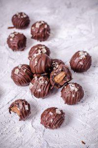 Chocolate Cake Balls mit Karamellkern