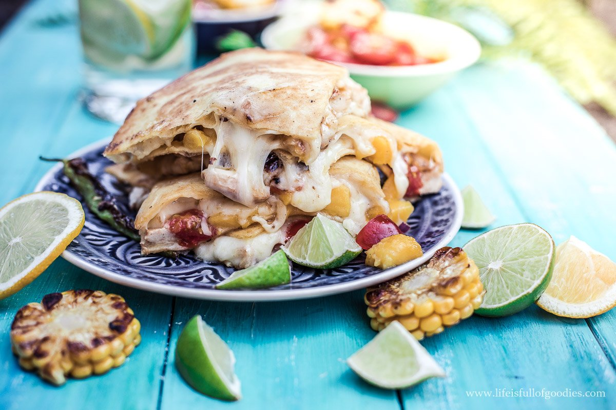 Quesadillas mit Mango, Avocado, Hühnchen und Zucchini