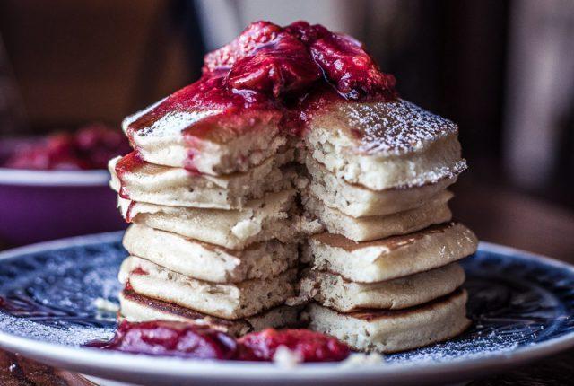 Zimt Pancakes mit Zwetschgenkompott