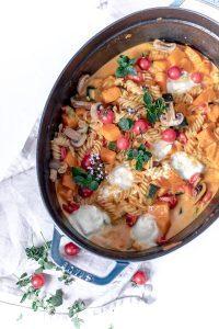One Pot Pasta Kürbis Topf – mit Mozzarella und viel Gemüse