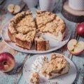 Apfelkäsekuchen mit Karamellkompott und Streuseln