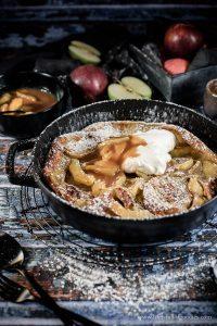 Apple Dutch Baby – ein Ofenpfannkuchen mit Karamelläpfeln und Sahne