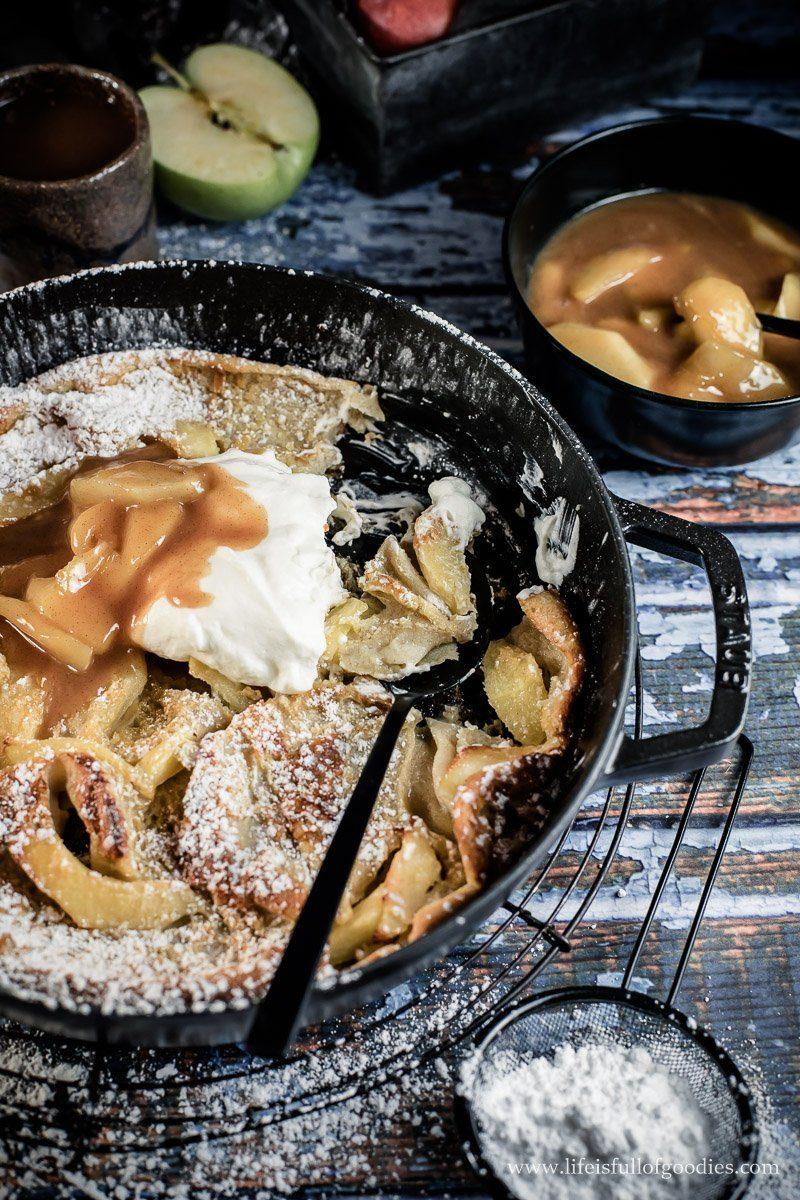 Apple Dutch Baby - ein Ofenpfannkuchen mit Karamelläpfeln und Sahne