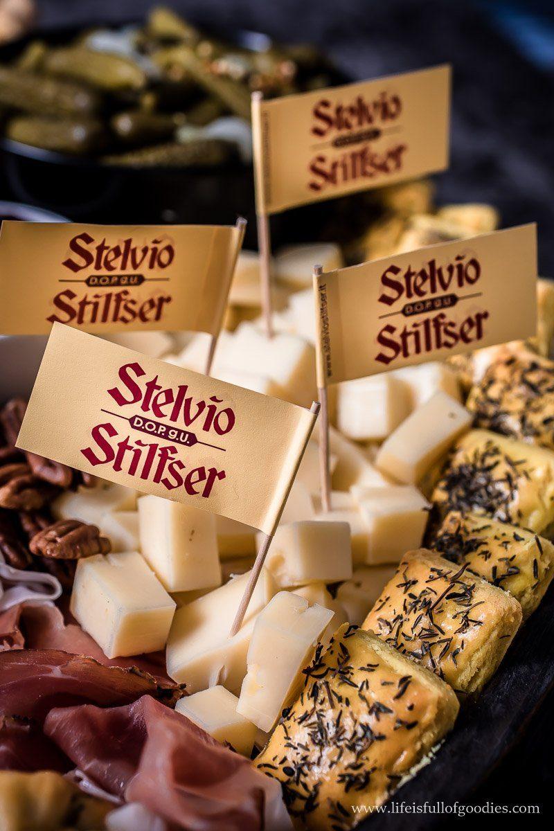 Vesperplatte mit Südtiroler Speck und Käse sowie selbstgemachten Käsecrackern und Brotstangen