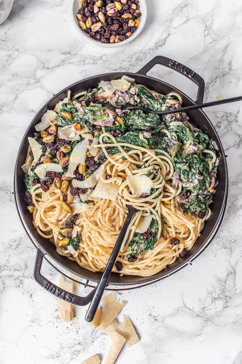 Spaghetti mit Rahm Blattspinat, Pistazien und Rosinen
