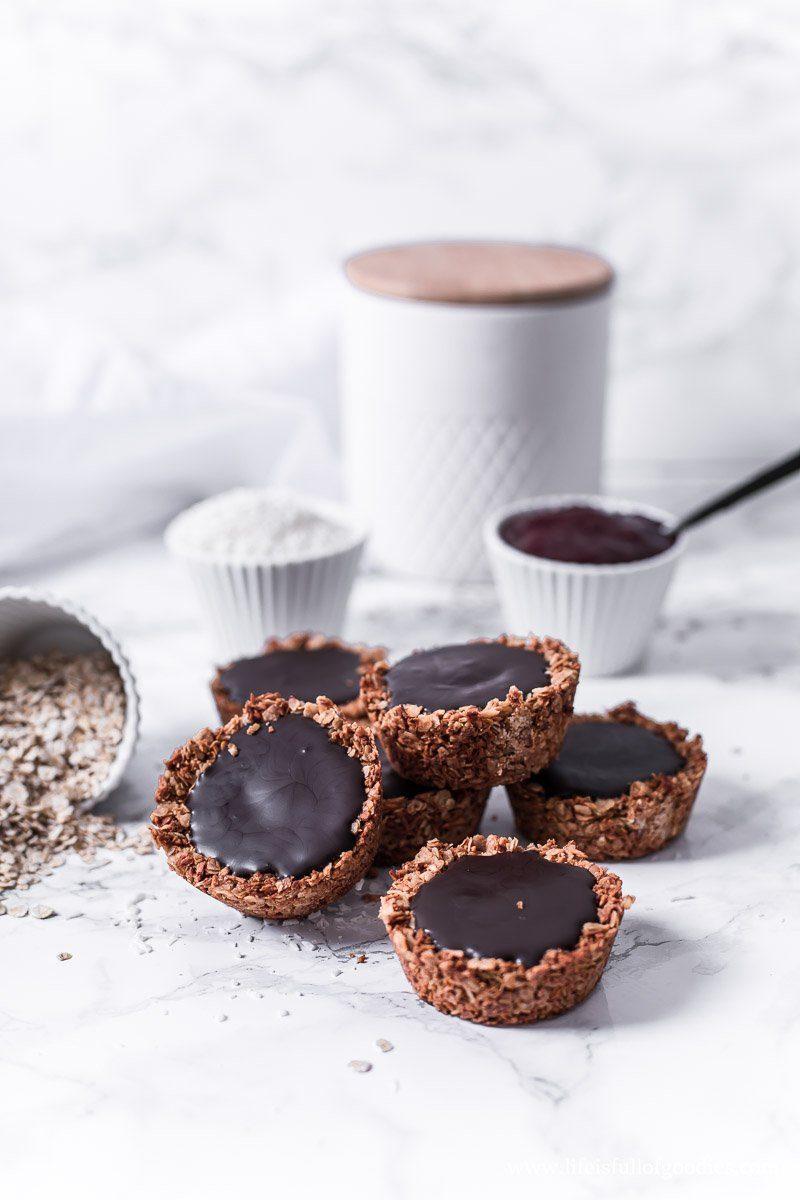 Granola Cups mit fruchtiger Füllung und gesunder Schokolade