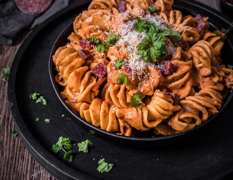 Cremige Paprika Salami Pasta – aus ofengerösteten Paprikaschoten