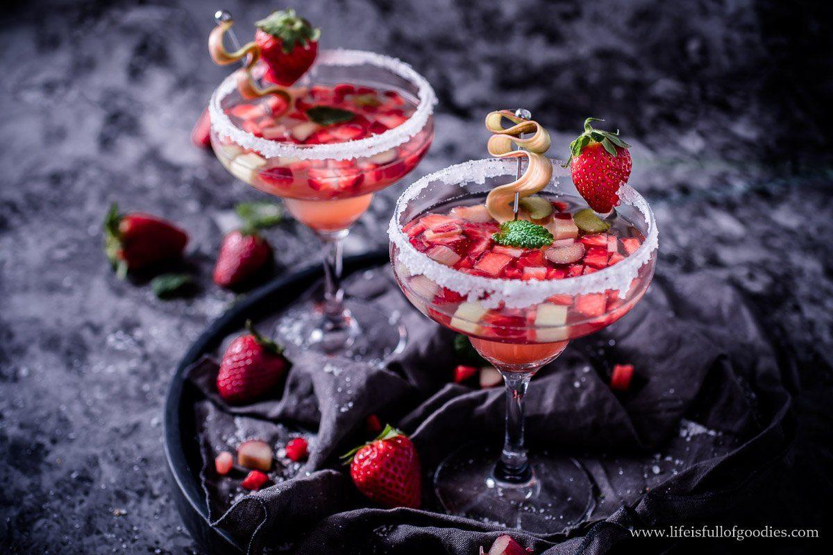 Erdbeer Rhabarber Drink aus Rhabarbersirup