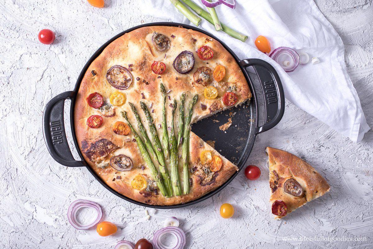 Focaccia mit grünem Spargel und Gorgonzola