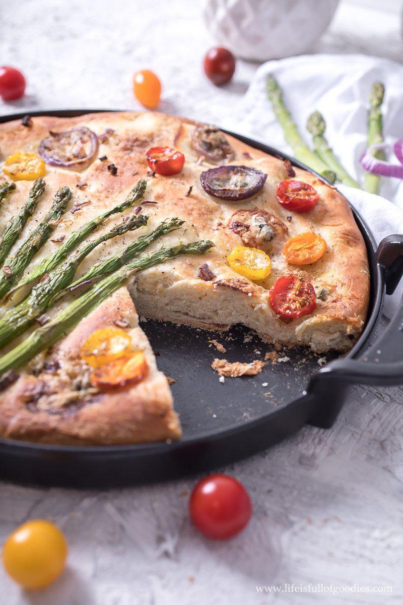Focaccia mit grünem Spargel und Gorgonzola und Honig