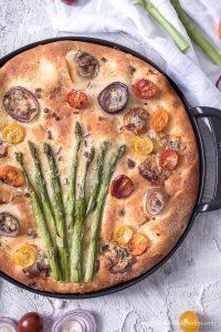 Focaccia mit grünem Spargel, Gorgonzola und Honig