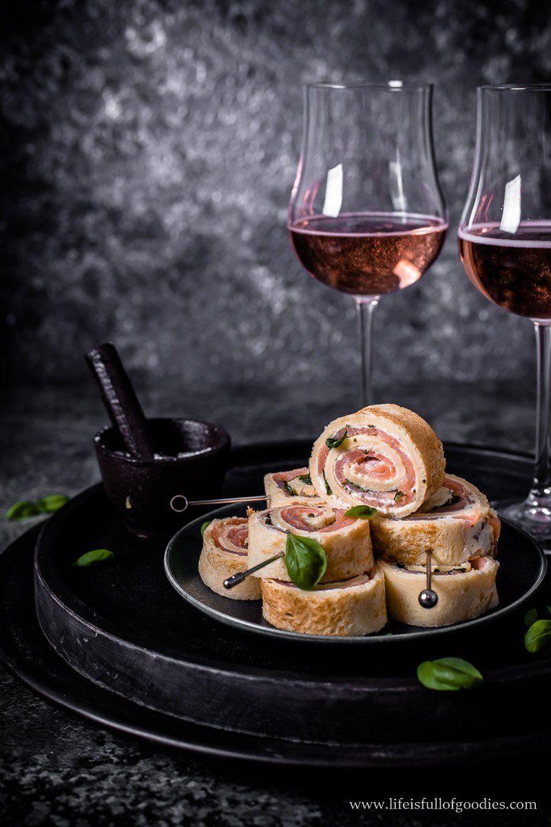 Crêpes Röllchen mit Lachs und Crème fraîche