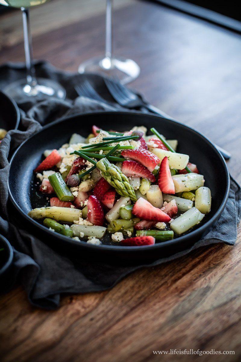 Spargelsalat mit Erdbeeren und Feta