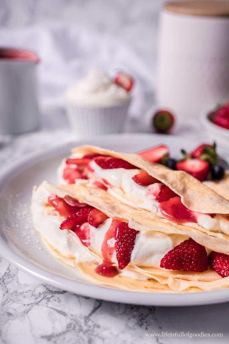 Crêpes mit Sahnecreme und Erdbeeren