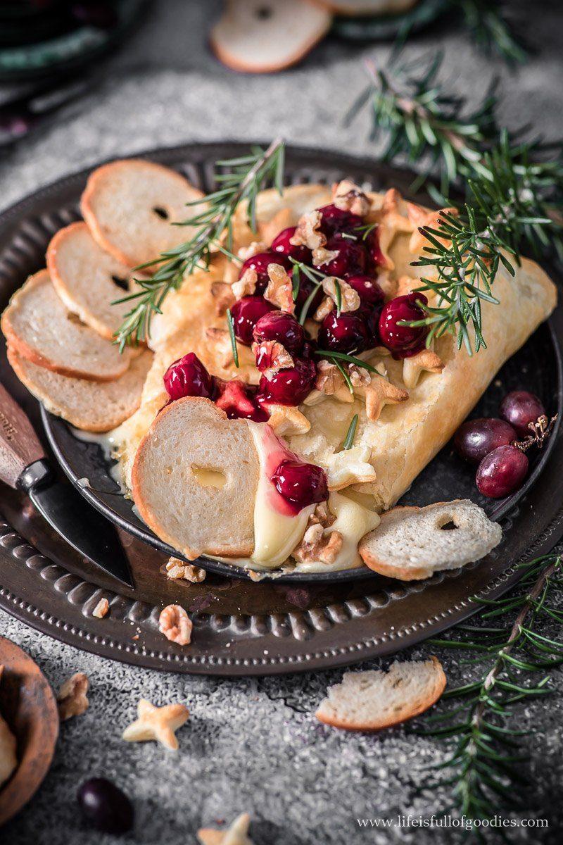 In Blätterteig gebackener Brie mit Kirschkompott