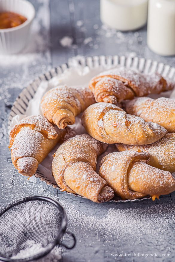 Frühstückshörnchen mit Marmelade