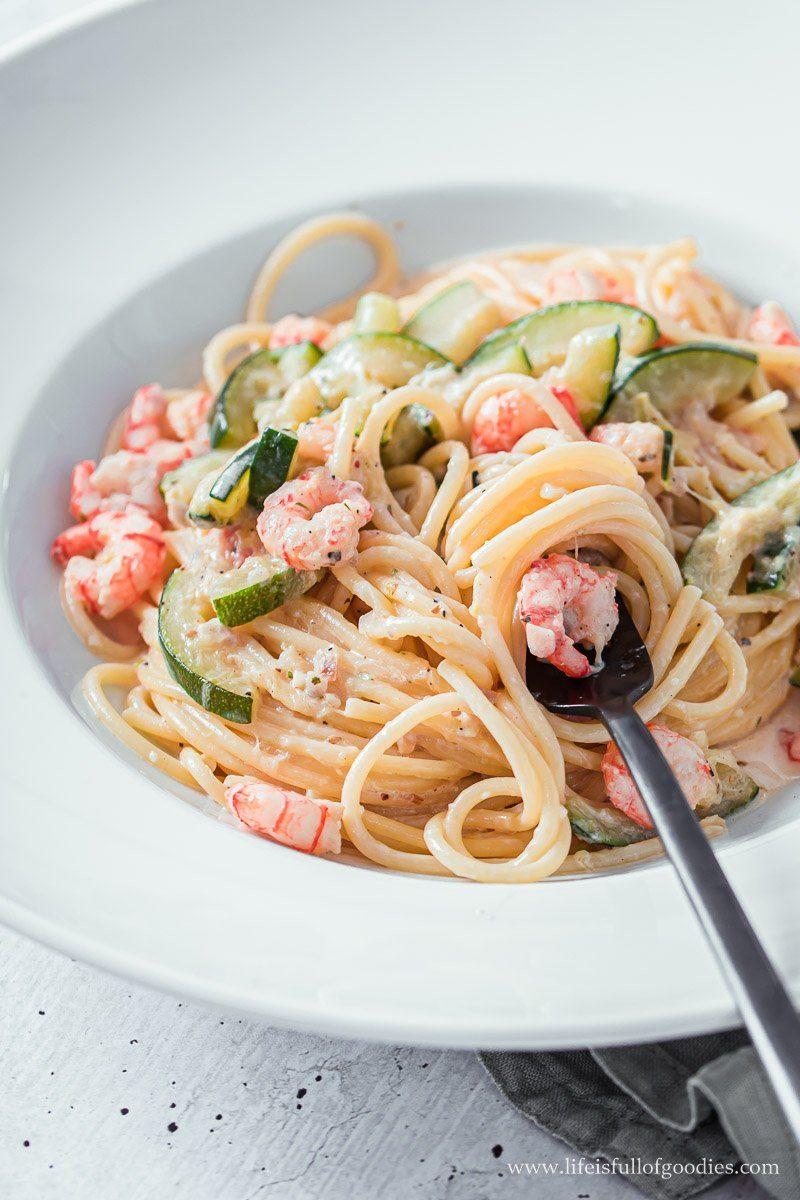 Spaghetti mit Sahnesauce, Zucchini und Shrimps