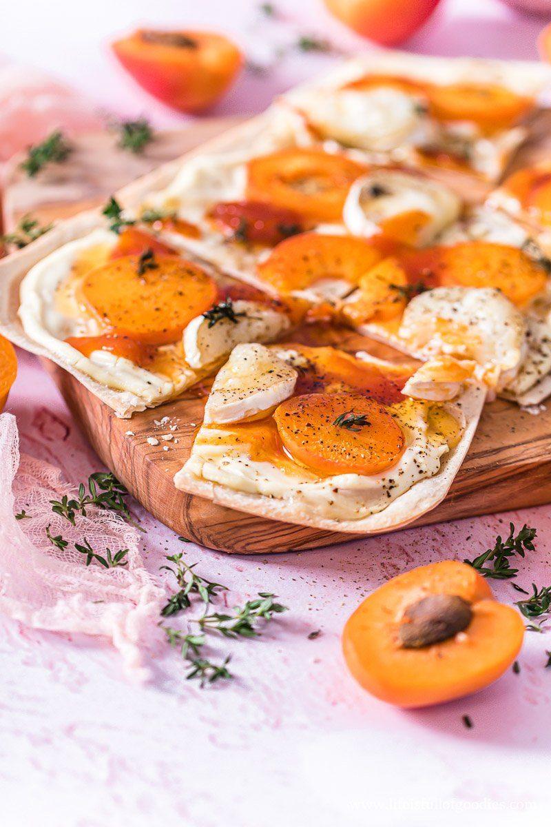 Flammkuchen mit Aprikosen und Ziegenkäse