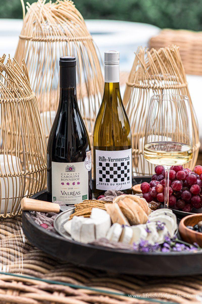 Französisches Baguette mit Wein von der Côtes du Rhône