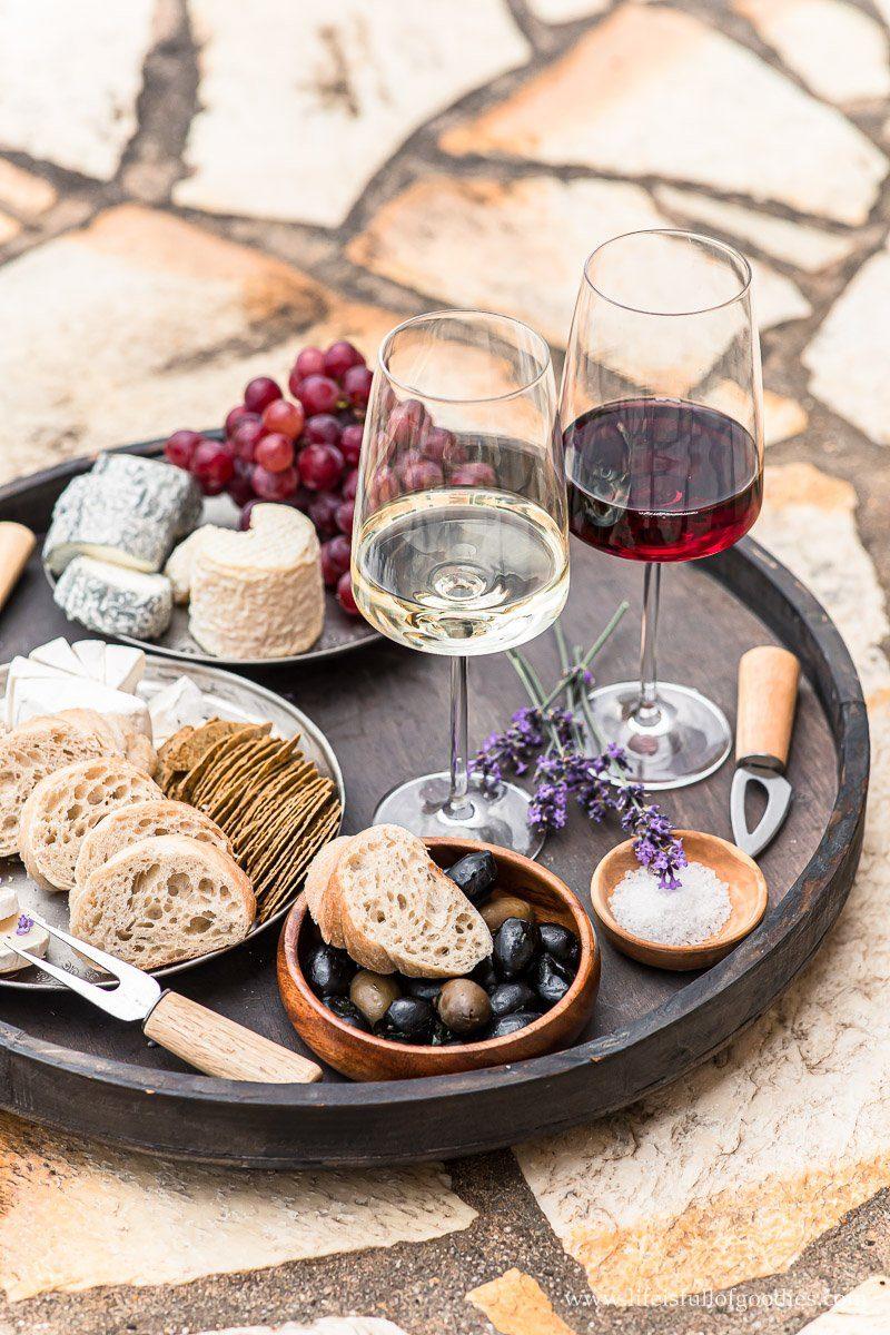 Wein von der Côtes du Rhône mit französischem Baguette