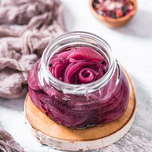 Süßlich eingelegte, rosa Zwiebeln