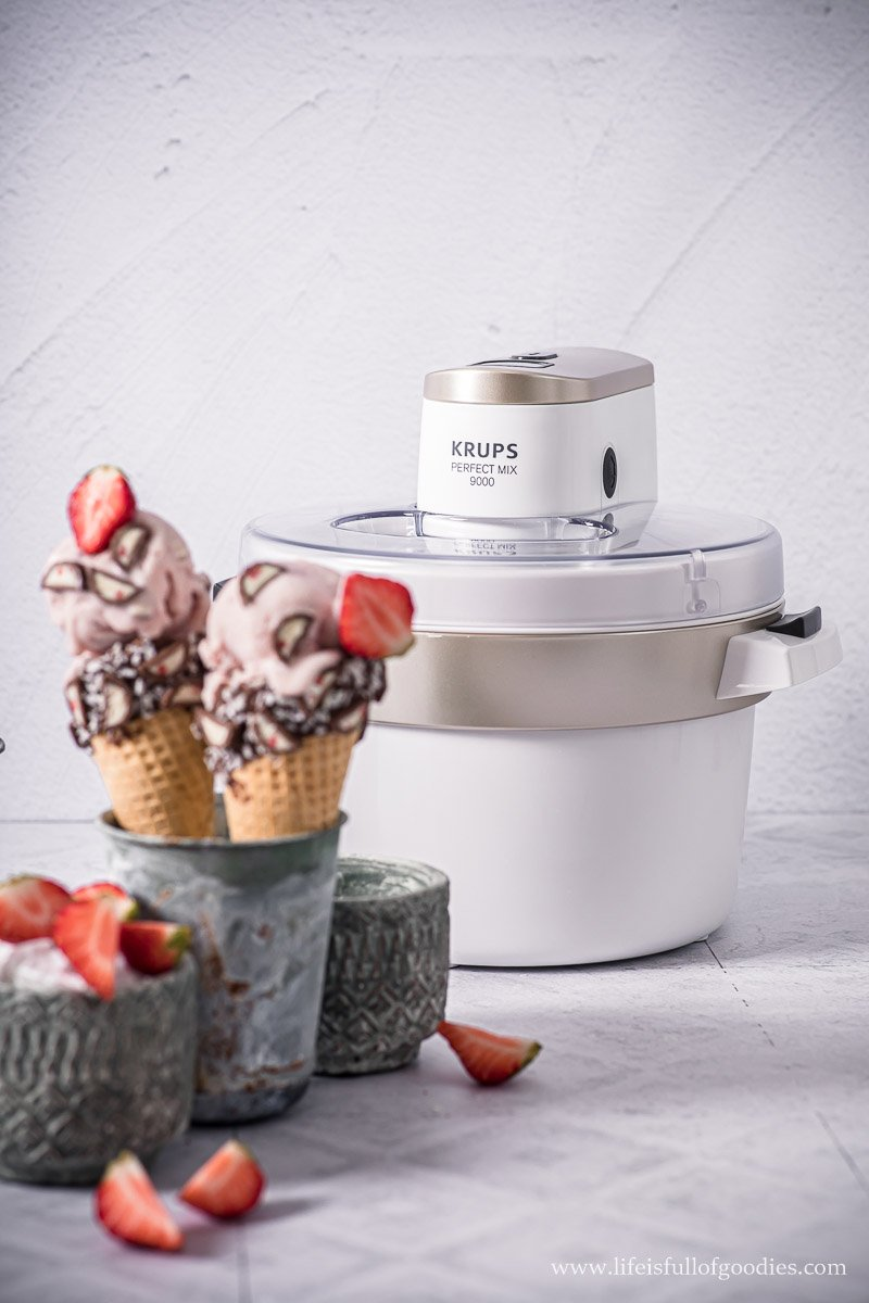 Erdbeer Eis mit Erdbeer Joghurt Schokolade